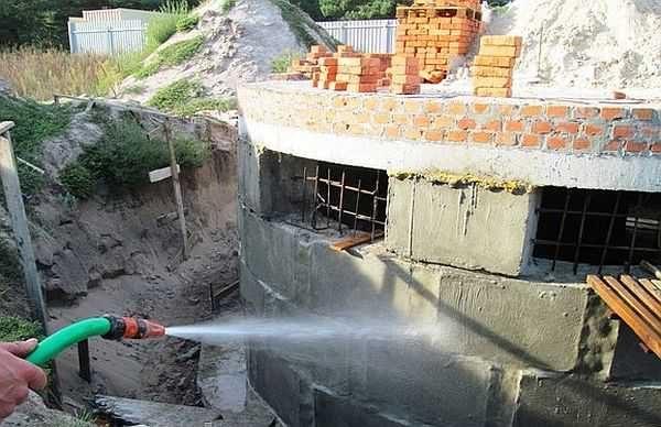 Перед нанесением проникающей гидроизоляции поверхность нужно тщательно смочить: процесс пойдет быстрее при достаточном количестве воды