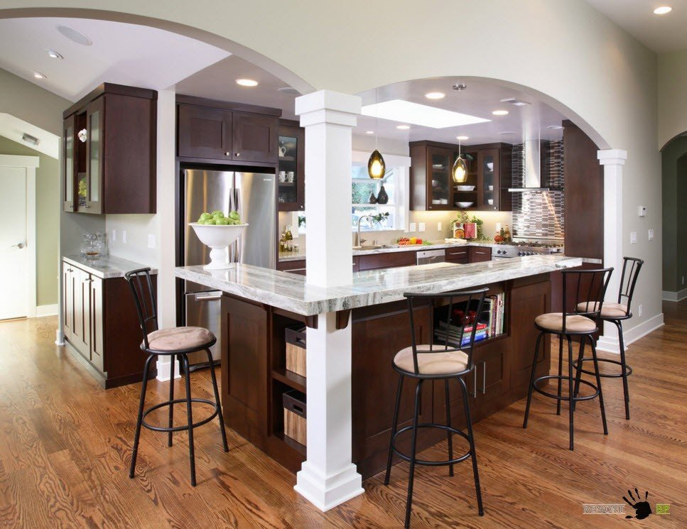 Арки с колоннами на входе в кухню
