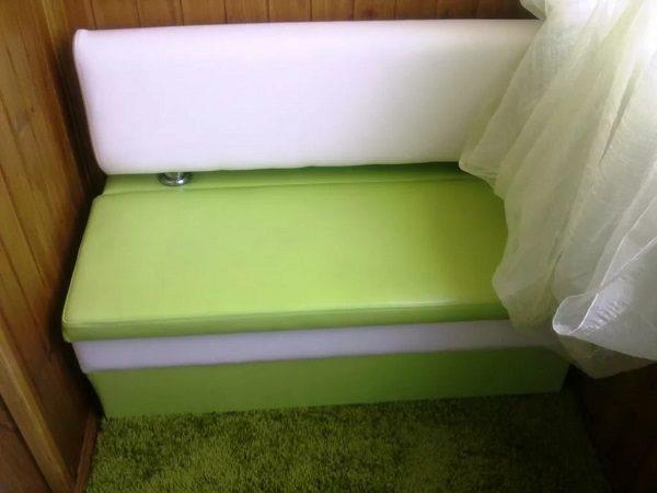 фото: небольшой диванчик на балкон