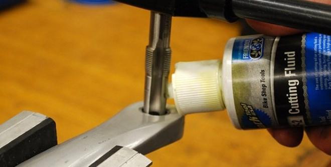 Чем тверже обрабатываемый материал, тем обильнее надо смазывать метчик в процессе нарезки резьбы