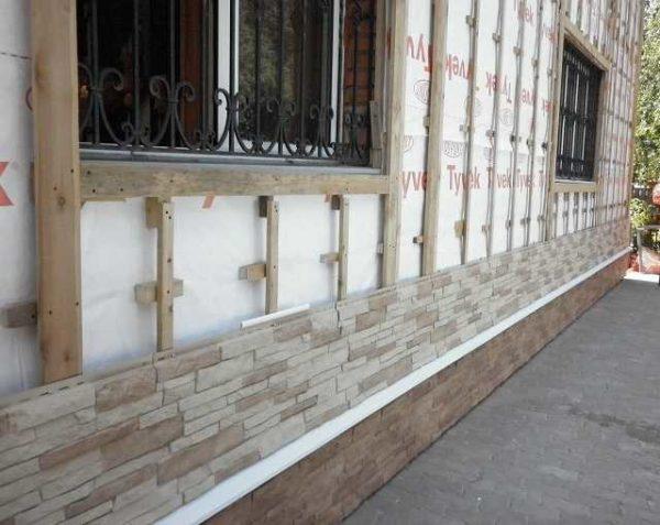 При помощи подкладок выравнивают стены
