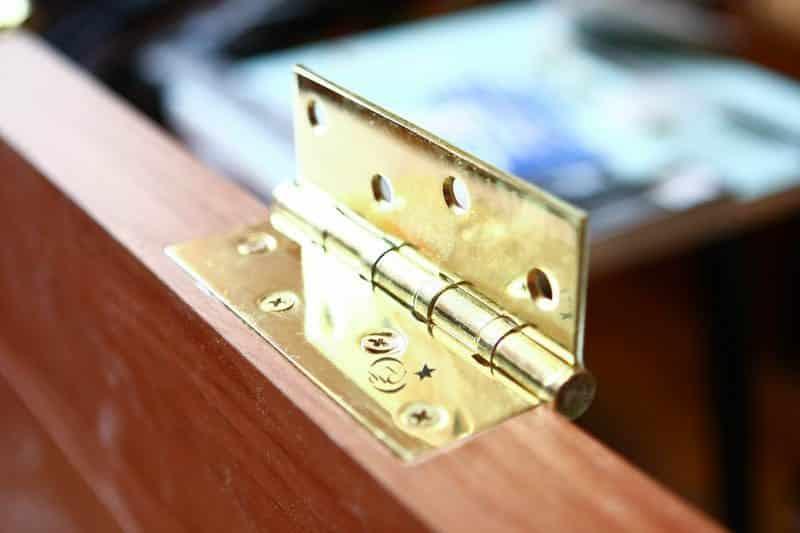 Монтаж петель на дверь