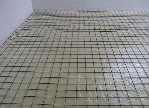 фото: мелкоячеистая сетка на плиту балкона поверх гидроизоляции