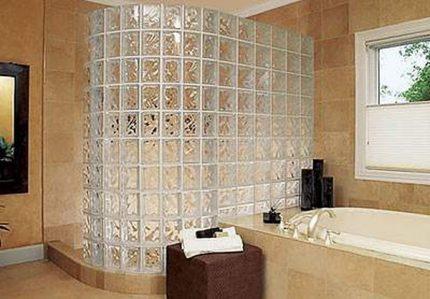Кабинка из плитки и стеклоблоков