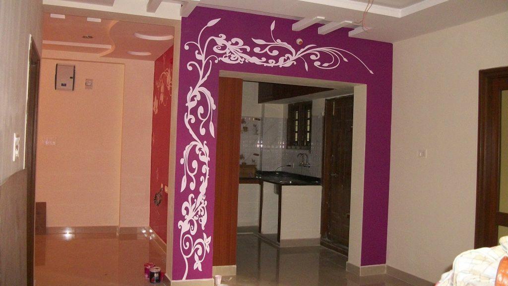 Обои винного цвета в декоре арки