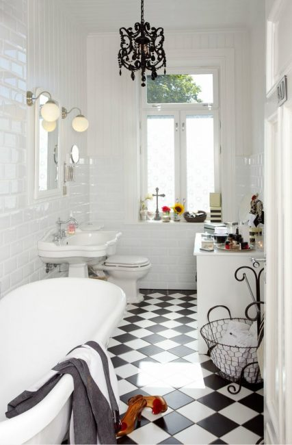 Небольшое, уютное помещение в белых цветах