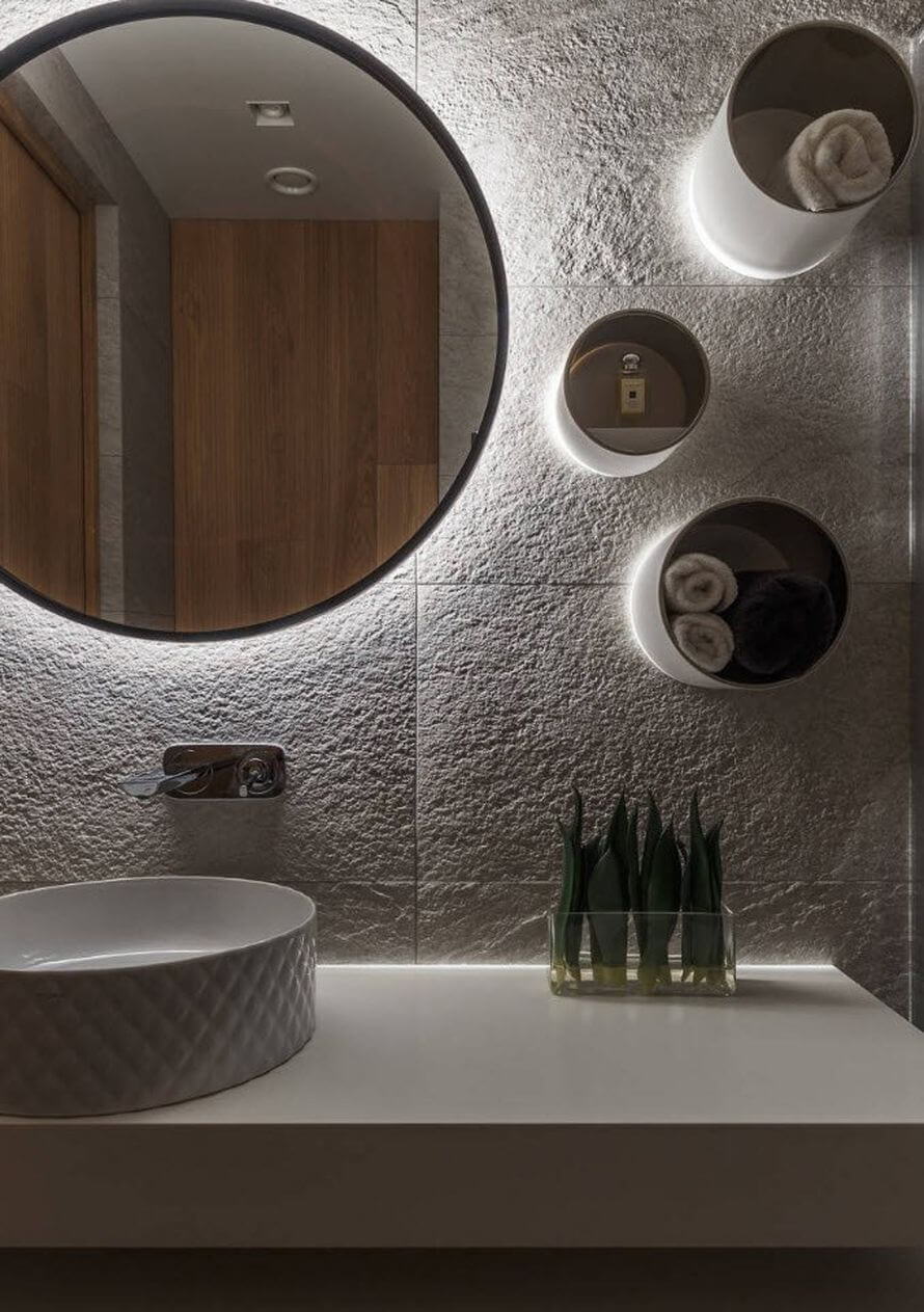 круглые металлические полки в ванной комнате