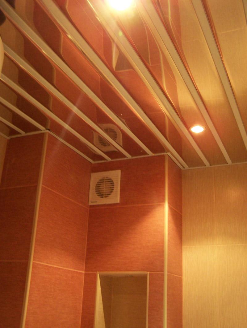 Реечный потолок открытого типа со вставкой