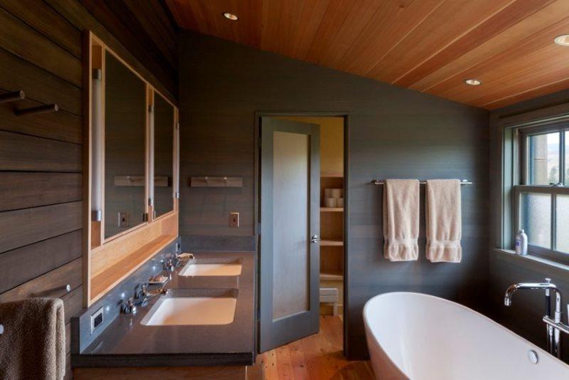 Деревянный реечный потолок в ванной частного дома