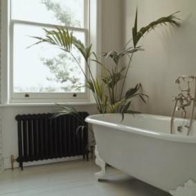 Черный радиатор отопления в ванной комнате