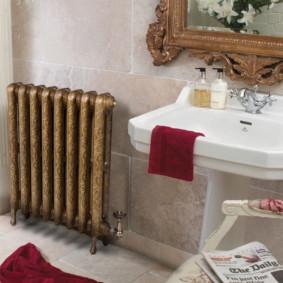 Ретро радиатор в ванной комнате стиля прованс