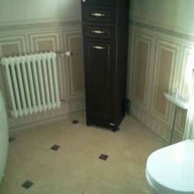 Белая батарея отопления на стене ванной