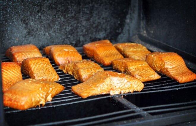 фото: куски рыбы коптятся на решетке