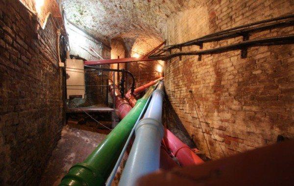 Чугунный водопровод в подвалах Петергофа.
