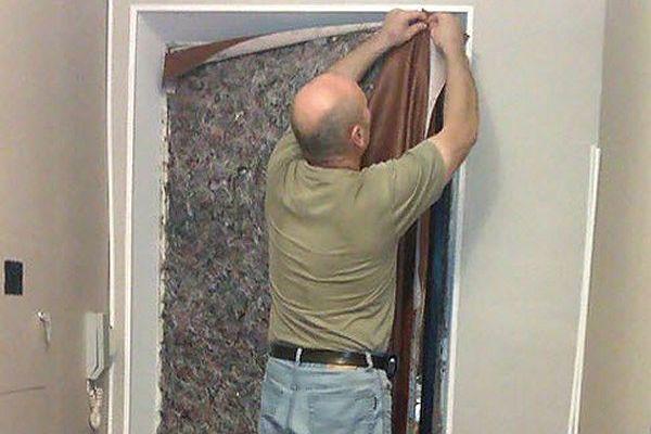 как утеплить деревнную дверь своими руками