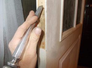 установка замка в межкомнатную дверь - выемка отверстия