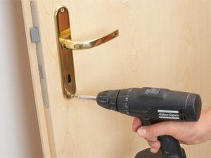 установка замка в межкомнатную дверь - монтаж ручки