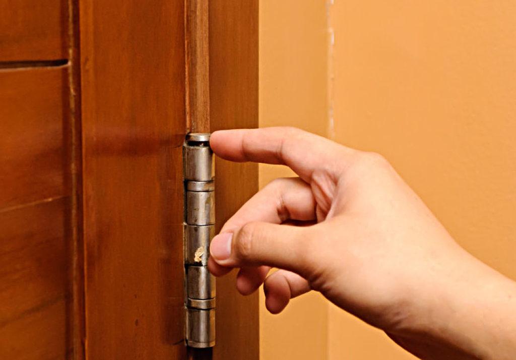 Чем смазать двери