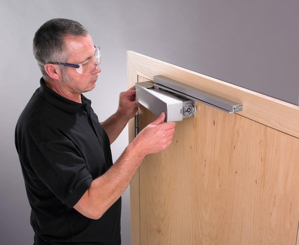 Как отрегулировать доводчик двери