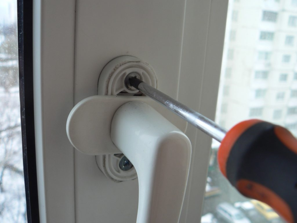 Как отремонтировать балконную дверь пвх