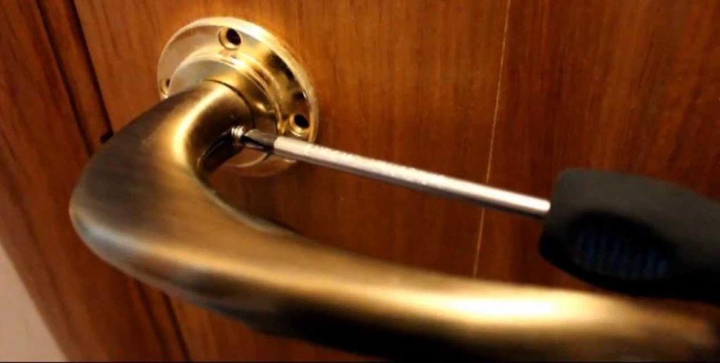 Как разобрать дверную ручку нажимную