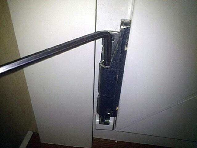 Заклинило дверь на балкон - регулировка