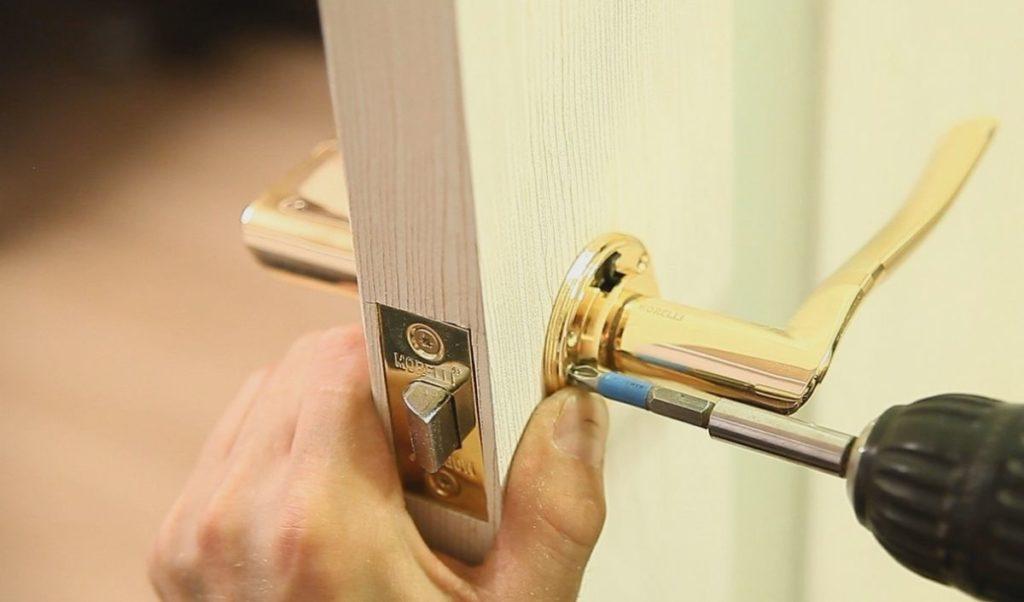 Установка дверной ручки в межкомнатную дверь