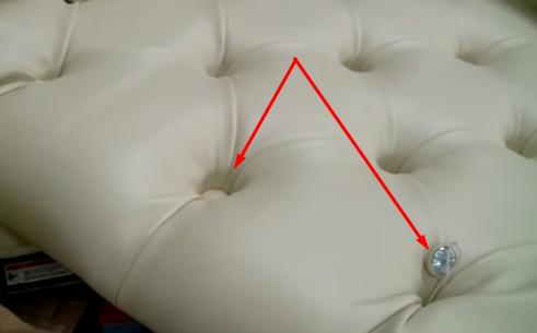 Фиксируем пуговицы на мягкой панели