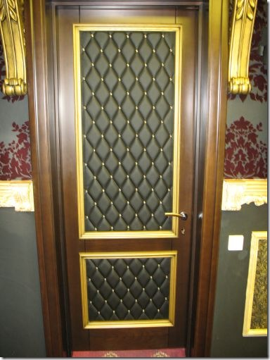 отделка входной двери изнутри светлой кожей