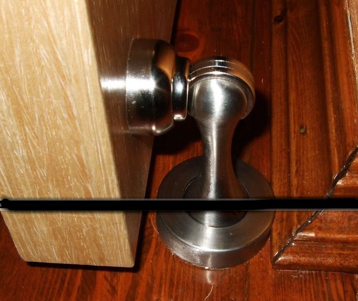 Ограничитель открывания двери напольный