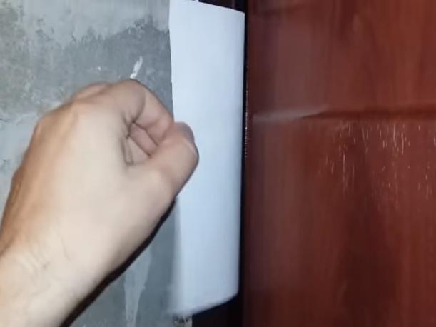 Проверка прижима двери при помощи бумажного листа А4