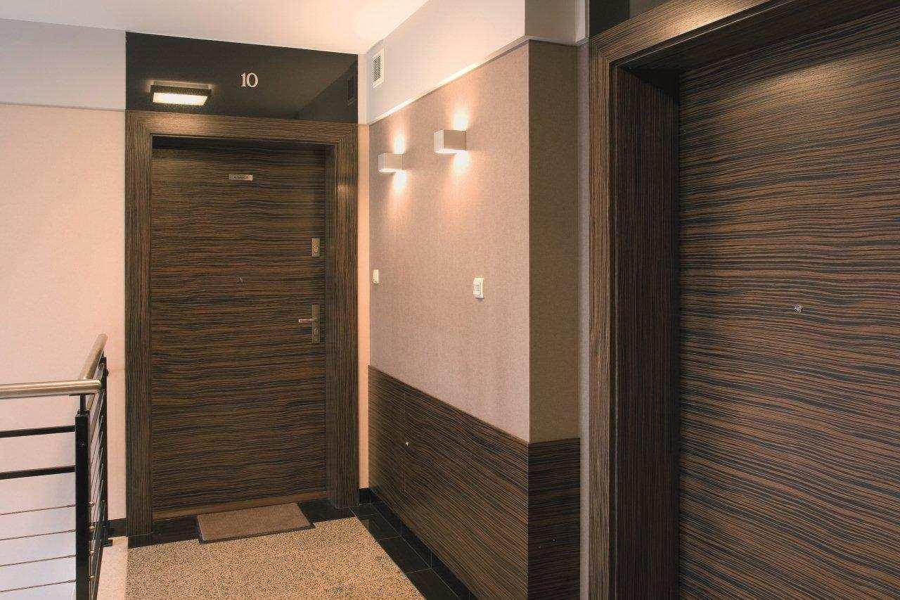 Ламинированные входные двери в подъезде