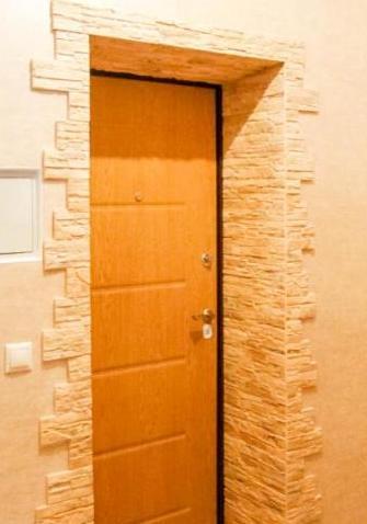 Отделка откосов входной двери камнем