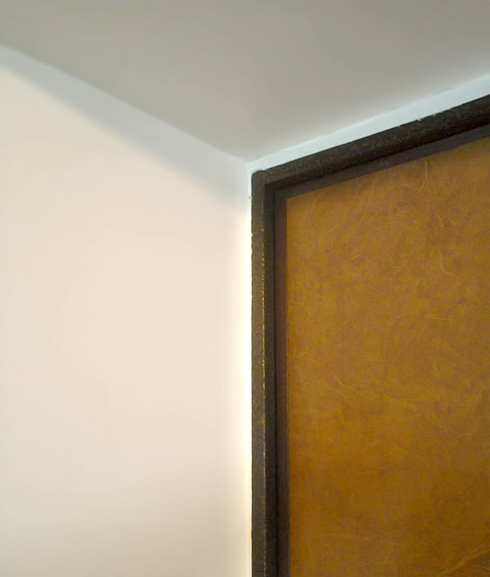 Окрашенные откосы входной двери из ГКЛ