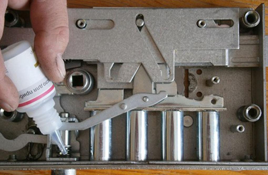 Открывать и смазывать механизм нужно очень аккуратно