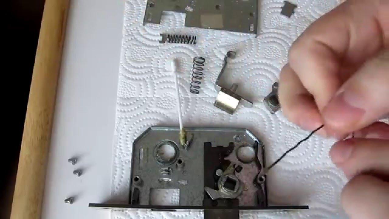 Разобранный механизм замка