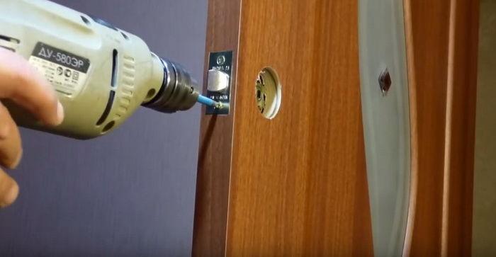 Фиксируем механизм в дверном полотне