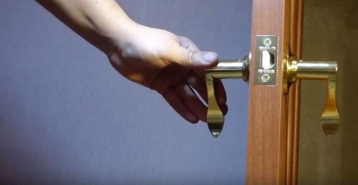 Дверная ручка должна вставляться плотно