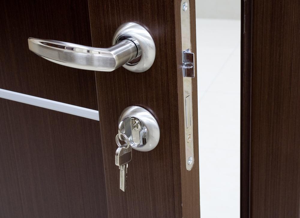 Капитальная установка замка в межкомнатную дверь