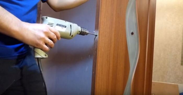 Отверстие сверлится строго горизонтально в центре торца дверного полотна